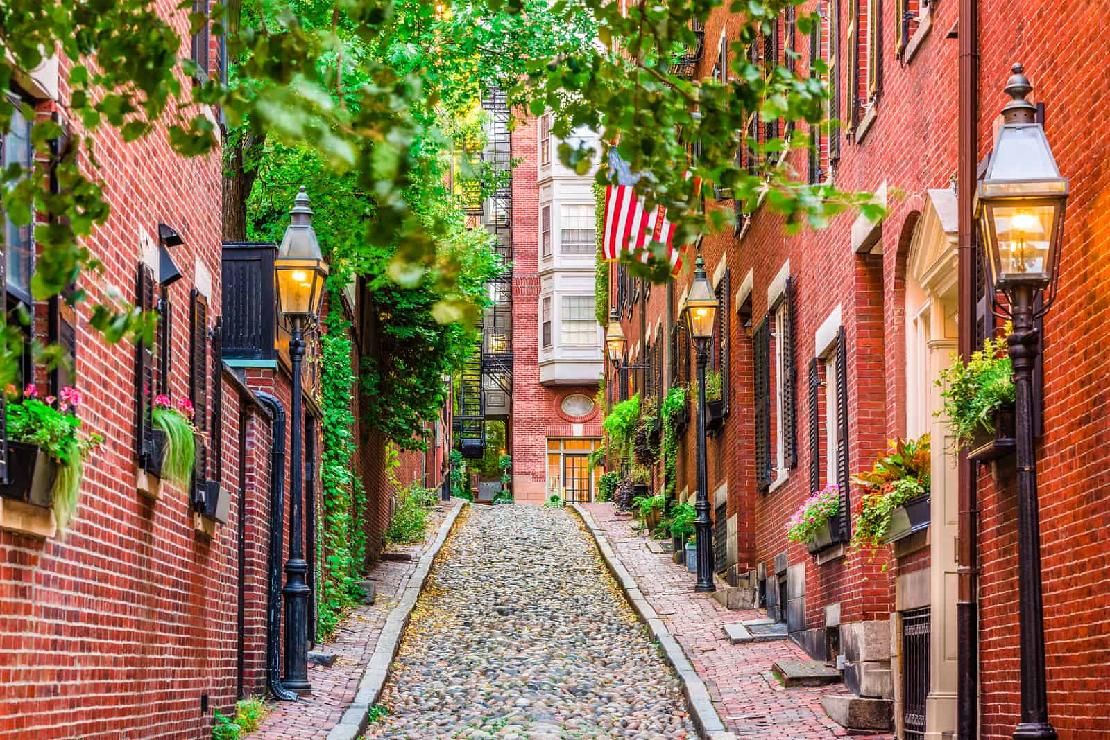 where to stay in boston ma - image of quaint chestnut street in boston, a narrow cobblestone lane lined by red brick buildings